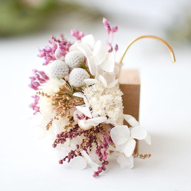 白花とピンクのイヤーカフ