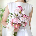 カラーと矢車草の造花のアームブーケ