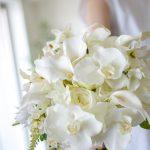 胡蝶蘭とカラーのホワイトブーケ (造花)